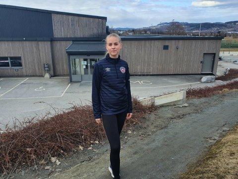 Tung tid: Pernille Bergland er eneste spiller over 20 år på Reistad-jentenes lag i 3. divisjon. Dermed omfattes hun av koronarestriksjonene i breddeidretten, mens lagvenninnene er i ungdomsidretten og får lov til å trene sammen.
