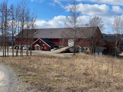 Skal selges: Både bygget og jordbruksarealene som hører til Foss gård skal legges ut på det åpne markedet - etterhvert.