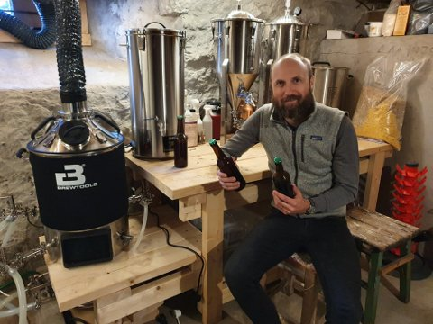 Prisvinneren: Arne Martin Moen fra Sylling gikk til topps i Lier og Omegns hjemmebryggerkonkurranse i kategorien sommerøl. En egen oppskrift med smak av bringebær førte 38-åringen til topps i konkurransen.