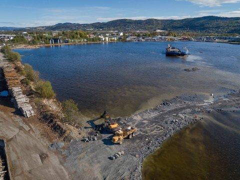 FRA VANN TIL HYTTELAND: Utfyllingen av Gilhusbukta går mot slutten, og kan bli arena for Norges største visningssenter for hytter og hyttedestinasjoner. (Arkivbilde)