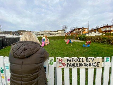 Stille: Marion Andersen Garofalo savner lekende barn på Mikkel Rev sin uteplass. Stengningen kom som en bombe på henne i oktober i fjor.