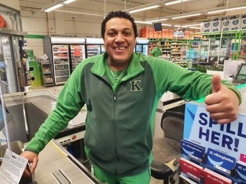 Blid finalist: Cristobal Suero Martinez fra Kiwi Lierbyen er en av 16 butikkmedarbeidere som er med i kampen om å bli kåret til årets kassamann/kassadame.