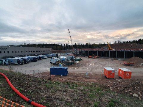 Ingen utvikling: I løpet av mars 2002 vil det nye bygget til Oda - tidligere kolonial.no, stå klart på Hølaløkka. Arkitekt Kristian Hoff-Andersen er kritisk til utformingen av industribyggene i Lier.   - Vi må bort fra bokstenkingen, Oda-bygget er ikke stedsutvikling, men stedsavvikling, mener Hoff-Andersen.