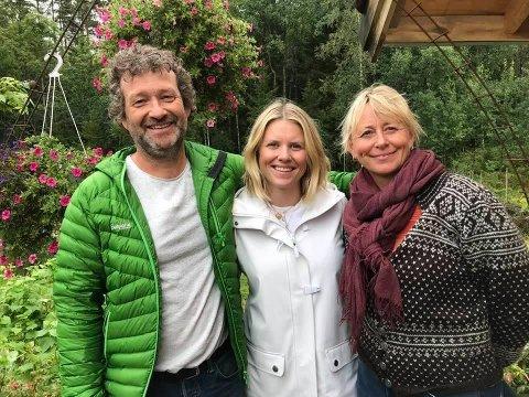 Klare for Farmen kjendis: Nå har Egil og Hedda Kortnes overlevert gården Bøensætre til programleder Tiril Sjåstad Christiansen (i midten), et knippe kjendiser og produksjonsselskapet til Farmen kjendis.