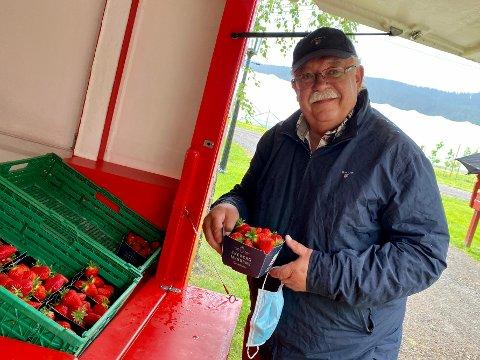 Fra Lørenskog: Den lengste turen til jordbærbua hadde Geir Johnny Haugen fra Lørenskog. Men kanskje også den med mest mening, for han skulle rett på lindrende avdeling til kona si, og tok også med bær til de som jobber på avdelingen.