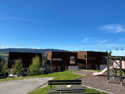 Til salgs: Huset til høyre i veien Dokka i Utsikten på Reistad er lagt ut for salg.