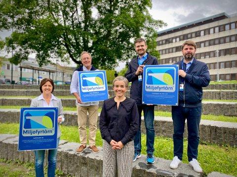 Utdeling: Hanne Reiersrud, Ole Sigurd Woxmyhr, ordfører Gunn Cecilie Ringdal, Åge B. Olsen og Paal Bakken deltok på utdelingen foran rådhuset.