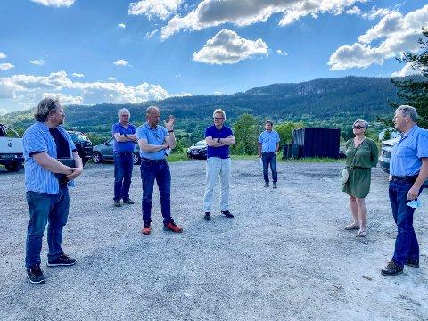 På befaring: Deler av utvalget for miljø og plan valgte å bli med på befaring på Egge før møtet. F.v.: utvalgsleder Morgan Langfeldt (Frp), Frank Yggeseth (H), Knut Espen Riis Skustad (Sp), Jan Erik Alverdus Berg (H), Thorgeir Bjerknes (virksomhetsleder for stedsutvikling), Tove Hofstad (V) og Marius Egge.