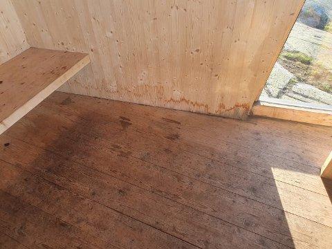 Synlige skader: Gjevlekollbua ble satt opp i 2017 og det tok ikke lang tid før det viste seg at den populære rastebua ikke var tett. Den største utfordringen nå er kondens fra vinduene som sørger for at gulvet blir oppsamlingsplass for vann.