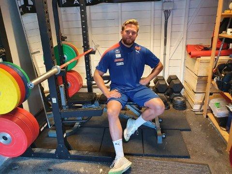 Mannen mot strømmen: Ola Stunes Isene fant sin egen vei mot verdenstoppen i diskos. I garasjen har han løftet et høyt antall tonn det siste året, og for første gang har han kastet over 70 meter på trening.