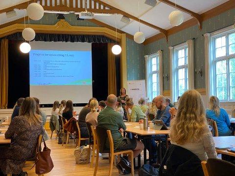 Samlet de nyansatte: Kommunalsjef for oppvekst i Lier kommune, Kari-Ann Dale, ønsket alle de nyansatte lærerne velkommen på Haugestad.