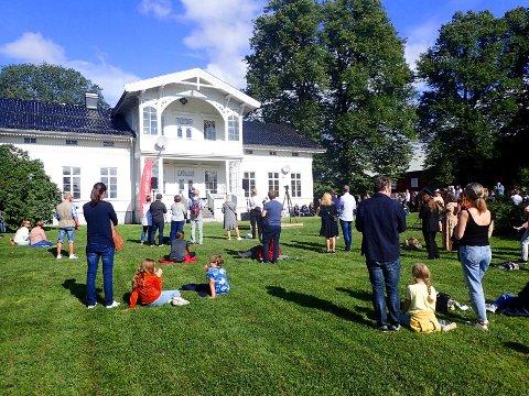 Store Gilhuus Gård, med sin sveitserstil fra ca. 1860, var et fantastisk sted å ha åpningen av Kunst rett vest.