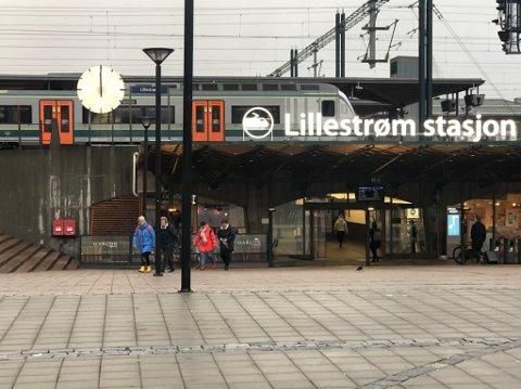 Klokke på halv tolv: Snart skal denne klokka på Lillestrøm stasjon fungere igjen, ett år etter at den sluttet å virke.
