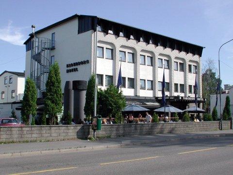 BLIR STÅENDE: Fagerborg Hotel skulle egentlig jevnes med jorda i disse dager. Nå blir det stående på ubestemt tid.