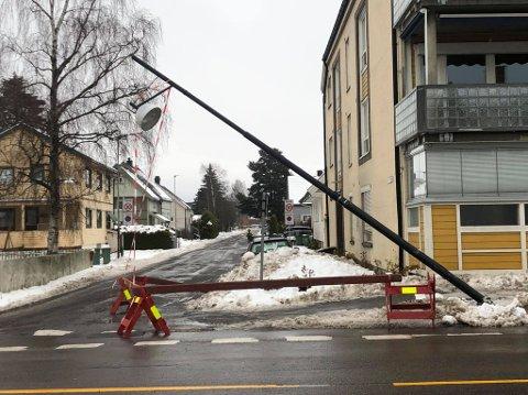 SKJEV LYKTESTOLPE: Denne stolpen er nå fjernet.