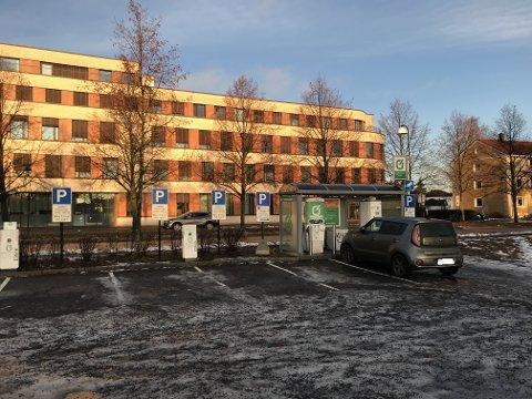 For få: Hurtigladestasjoner, som denne i Lillestrøm sentrum, er det ifølge Elbilforeningen for få av i Skedsmo kommune.