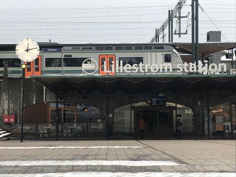 Fungerer igjen: Klokka ved inngangen til Lillestrøm stasjon.