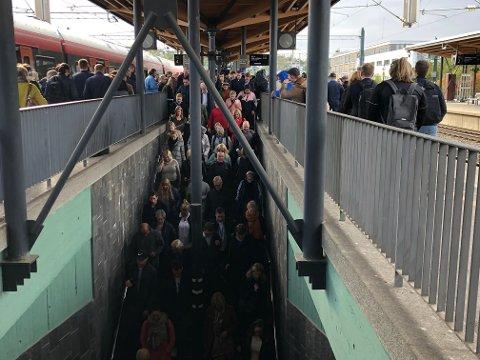 Trangt i trappene: Det begynner å bli trangt om plassen på Lillestrøm stasjon i rushtiden.