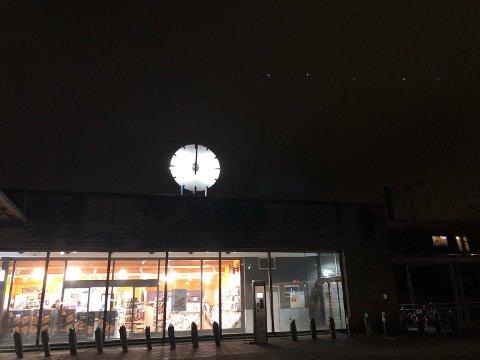 STOPPET: Det tok over et år å få i gang klokka på baksiden av Lillestrøm stasjon da den stoppet i 2018. Rett etter at den begynte å gå igjen i desember, har nå klokka på fremsiden stoppet – på samme klokkeslett.