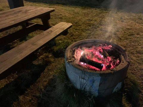 GLØR: Både Hege Elisabeth Bjørnstad og brannvesenet minner alle om å slokke bål tilstrekkelig – året rundt.