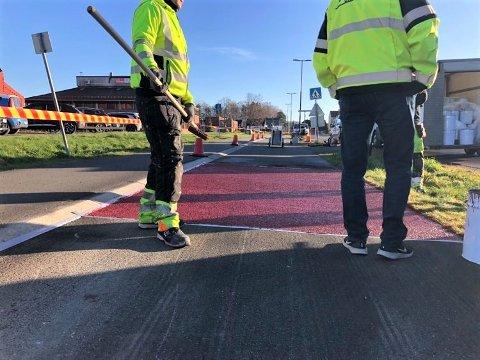 MÅTTE AVBRYTE: Kommunen begynte å male rødt sykkefelt i dag, men måtte avbryte da det var for vått og kaldt. Nå utsettes malingen av den 500 meter lange strekningen til våren 2021.