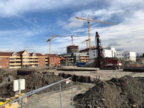 FORTSETTER: Byggearbeidene i Meierikvartalet fortsetter foreløpig som normalt.