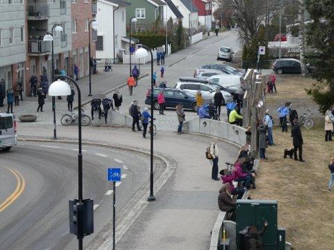 SAMLET MANGE: Til tross for råd mot å samles i grupper, var det mange som samlet seg utenfor Lillestrøm kirke for å høre på konserten.