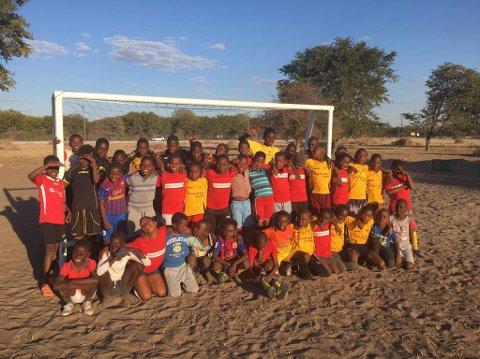 Sponset utstyr: Barna i Botswana kan glede seg over fotballutstyr gitt av engasjerte mennesker i Lillestrøm-området.