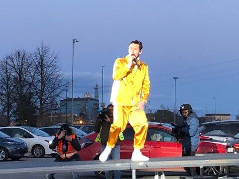 Ga alt foran et hav av biler: Thomas «Finger'n» Gullestad og de andre i Klovner i Kamp fikk æren av å holde den første drive in-konserten i landet, ved Norges Varemesse i Lillestrøm.