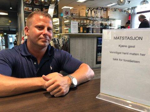 Reagerer: Innehaver av Kino's kafé i Lillestrøm Torv, Kim André Kleven, mener spisestedene rammes hardt av smittevernreglene, sammenlignet med andre bransjer.