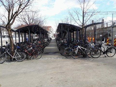 YNDET STED FOR TYVER: Hvert eneste år stjeles det mange sykler fra Lillestrøm stasjon. Politiet ber folk om ikke å bruke en dyr sykkel til og fra stasjonen.