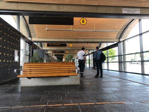 KONTROLL: Billettkontrollene har startet opp igjen. Torsdag morgen var det kontroll på Lillestrøm bussterminal.