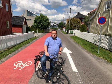 FORVIRRENDE: Glenn Due-Sørensen synes den nye veimerkingen er både stygg og forvirrende, og mener kommunen bare bidrar til å skape kaos.