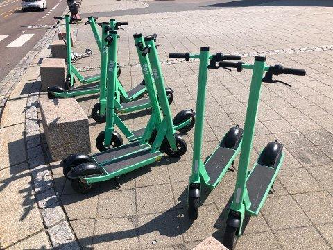 NY LEVERANDØR: Onsdag var sparkesykler fra en ny leverandør på plass i Lillestrøm sentrum.