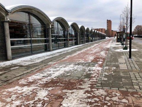 JUSTERES: Flere justeringer har gjort at snøsmelteanlegget ved den nye gateterminalen fortsatt ikke fungerer optimalt. Dermed må det måkes og strøs i området frem til anlegget er i full drift.