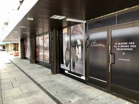 UTSATT: I Fratellis gamle lokaler ser vi reklamen for åpningen av Olivia, som nå er utsatt til slutten av mars.