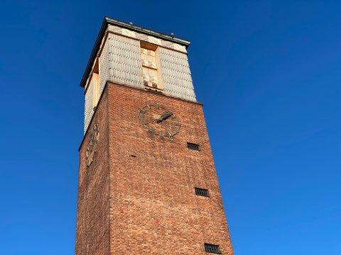 STOPPET: Viserne på klokketårnet har stått stille i over en måned.