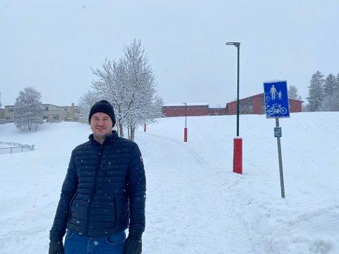 BEKYMRET: Alexander Rødaas ser stadig at biler kjører opp og ned denne veien.
