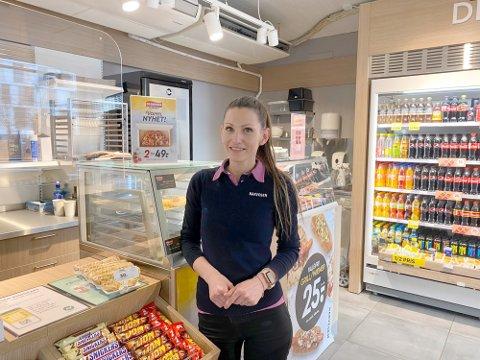 STRESSENDE: Ioana Olarur fra Narvesen på Lillestrøm stasjon synes det har vært vanskelig å ikke ha en stabil arbeidshverdag.