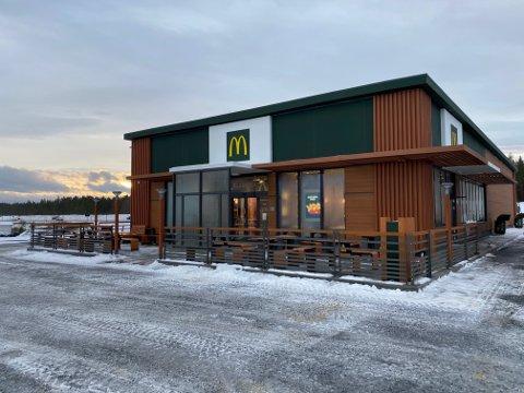 UENIGE: Kommunen og McDonald's-kjeden er uenige om hvor mange parkeringsplasser den planlagte restauranten bør få. Det kan sette kjepper i hjulene for etableringen. Bildet er fra McDonald's på Elverum. Restauranten på Hvam er planlagt å ligne på denne.