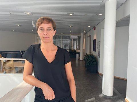 ALVORLIG: I forrige uke ble 21 skoler og barnehager rammet av ny smitte, og så langt denne uken er ti nye skoler og barnehager rammet. Kommuneoverlege Bettina Fossberg sier det er en alvorlig smittesituasjon kommunen står i.