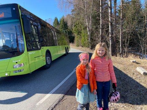 TRANGT: (f.v.) Kirstina (7) og Olivia (8) har ikke en trygg skolevei. Langs denne veien uten gang- og sykkelvei møtes busser, biler, gående og syklister.