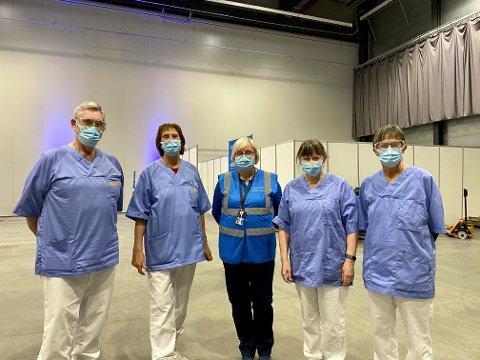 FRIVILLIG: Her er fire av de pensjonerte helsearbeiderne som jobber som frivillige på vaksinesenteret. (f.v) Tore Skovly, Kari Drangsholt, Tone Wiker som er konsulent for for helse og mestring i Lillestrøm kommune, Gunhild Leidland og Jorunn Ramstad.