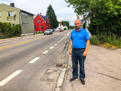 BILVERKSTED: Per-Arne Bergerskogen driver Bilservice Lillestrøm AS. Han forteller at de skal gjøre alt de kan for å holde på kundene i perioden Storgata er stengt, men frykter konsekvensene.
