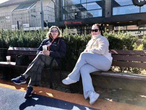 HÅPET PÅ LETTELSER: Shauna Louise Haug (t.h.) og Hege Fredriksen skravlet litt på en benk på Torvet på fredag. De savner begge en normal hverdag og hadde håpet på lettelser.
