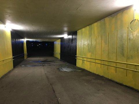 GUL OG SVART: Undergangen utenfor Åråsen stadion ble malt gul og svart fredag kveld.