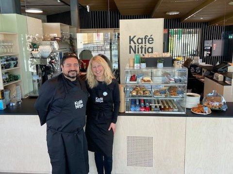 ÅPNET: Hector Villarroel er Kafé Nitjas nye kaféleder fra Chile. Sammen med Anette Bordewick og resten av gjengen fra Norasonde, åpnet han omsider dørene til byens nye kafé i dag.