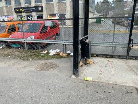 SØPPEL: Naboen reagerer på søppel ved McDonald's, og sier han ofte ser det på bussholdeplassen i nærheten.