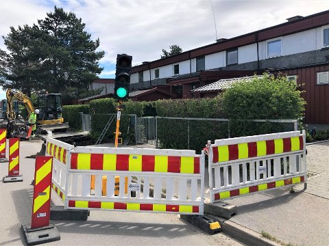 LYS: Mellom rekkehus og barnehager dukket det denne uken opp to trafikklys som skal regulere biltrafikken i området de neste ukene.