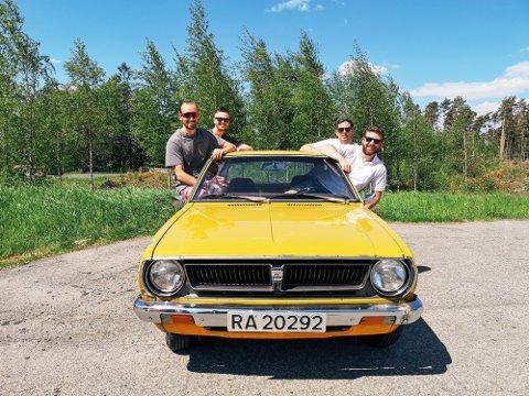 TOYOTA COROLLA: Karene skal reise i en Toyota Corolla Deluxe fra 1976. F.v. Adam Gabrielsen, Joachim Leknes, Lars Moody og Joakim Hvidsten.